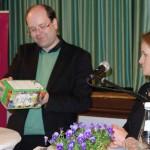 Eine Packung mit Saatkugeln als Geschenk für die Bürgermeisterkandidatin